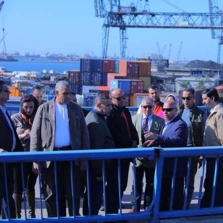 الفريق كامل الوزير خلال تفقده ميناء الإسكندرية