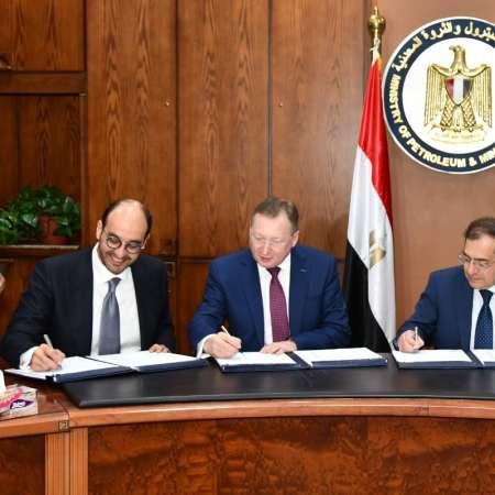 وزير البترول خلال توقيع اتفاقية