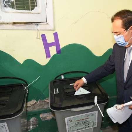 وزير البترول خلال الإدلاء بصوته