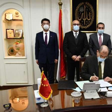 وزير الإسكان والسفير الصيني خلال التوقيع