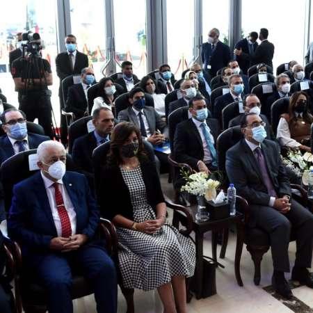 مدبولي و٥ وزراء خلال افتتاح جلسة تداول بالبورصة